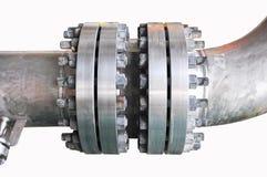 金属化与螺栓的管子耳轮缘在被隔绝的背景,用管道输送在油和煤气产业的线和安装在植物或过程 免版税库存照片