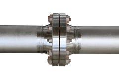 金属化与螺栓的管子耳轮缘在被隔绝的背景 用管道输送在油和煤气产业的线和安装在植物或过程 库存照片