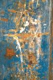 金属化与铁锈,高明和老宽松蓝色油漆纹理的门 建筑师,片断 免版税库存照片