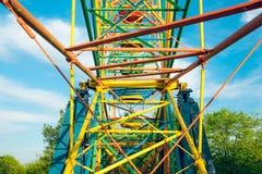 金属化儿童` s弗累斯大转轮的建筑 免版税库存照片