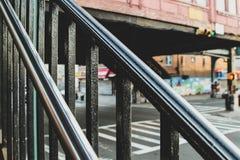 金属化光滑的扶手栏杆在地铁入口在布鲁克林 免版税库存图片