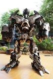 金属化变压器机器人启发的雕塑在Wat samarn寺庙 免版税库存图片