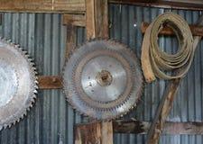 金属化圆锯的圆盘在墙壁上 库存图片