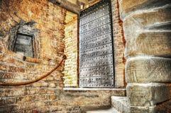 金属化在一个土气砖墙的门在hdr 免版税库存图片