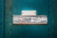 金属化在一个木墙壁或门上的生锈的标志 库存照片