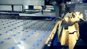金属化在一家现代工业工厂的立弯机 股票录像