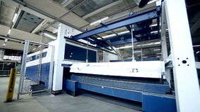 金属化在一家现代工业工厂的立弯机 股票视频