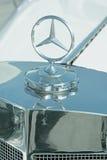 金属化在一辆老汽车的敞篷的默西迪丝商标 免版税库存照片