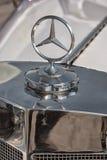 金属化在一辆老汽车的敞篷的默西迪丝商标 库存图片