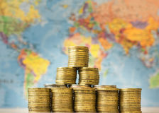 金属化在世界的背景地图的硬币 免版税库存图片