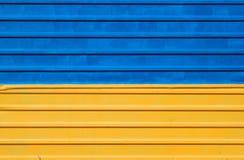 金属化在乌克兰旗子的蓝色和黄色颜色绘的篱芭 库存照片