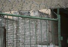 金属化在保护监狱、细节,少年犯罪和囚犯的安全门 免版税库存图片