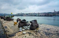 金属化在多瑙河,对在第二次世界大战丧生的匈牙利犹太人,布达佩斯的一座纪念碑的鞋子 免版税库存图片