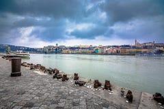 金属化在多瑙河,对在第二次世界大战丧生的匈牙利犹太人,布达佩斯的一座纪念碑的鞋子 库存照片