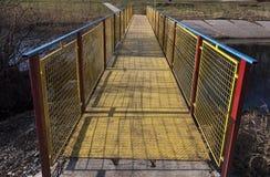 金属化在生动的蓝色、黄色和红色绘的桥梁 库存照片