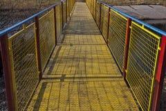 金属化在生动的蓝色、黄色和红色绘的桥梁 免版税库存照片