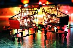 金属化在背景色的光的超级市场小推车 免版税图库摄影