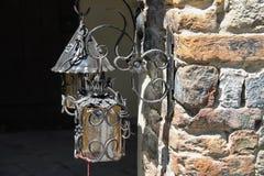 金属化在葡萄酒样式的灯笼在墙壁上 Grazzano Visconti, 免版税库存图片