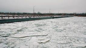 金属化在雪报道的被关闭的冰结冰的河表面的轮渡桥梁 影视素材