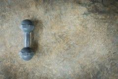 金属化在水泥地板上的哑铃,体型的健身体育 库存照片