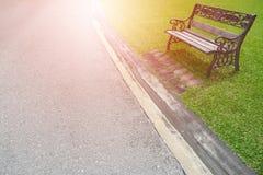 金属化在绿草的庭院椅子与爆炸光 图库摄影