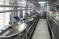 金属化坦克,酒精饮料的现代生产 库存照片
