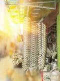 金属化垂悬在出售的堆的圆环 图库摄影