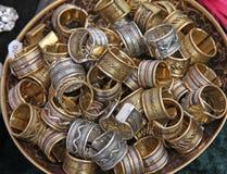 金属化堆种族圆环被卖在地方市场上 库存图片