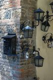金属化岗位箱子和灯笼在葡萄酒样式在墙壁上 Grazza 图库摄影