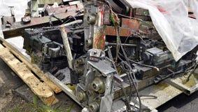 金属化废物,在一个木板台仓库的谎言开放工业废料的 库存图片
