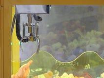 金属化机制胳膊爪起重机,玩具爪机器起重机 免版税库存照片