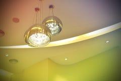 金属化枝形吊灯、电和灯光管制线和五颜六色的样式 图库摄影