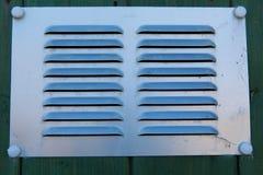 金属化格栅背景或构造与从表面和土坎上升的线 免版税库存照片