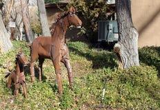 金属化母马和驹Sedona,亚利桑那艺术  库存图片