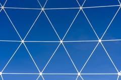 金属化白色格子以在天空蔚蓝背景的几何形状的形式  免版税库存图片