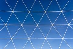 金属化白色格子以在天空蔚蓝背景的几何形状的形式  库存照片