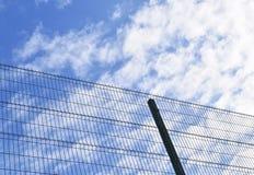 金属化篱芭和蓝天在云彩 库存图片