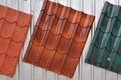 金属化红色,棕色,绿色绘的屋顶 免版税库存照片