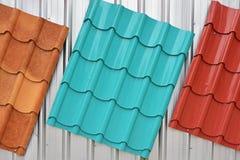 金属化红色,蓝色,棕色颜色绘的屋顶 免版税库存照片