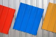 金属化红色绘的屋顶,蓝色,黄色 库存照片