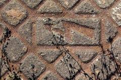 金属化缆绳房间的盖子与高压标志的 免版税库存图片