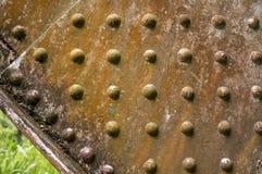 金属化老铁路桥细节有几个铆钉的 免版税库存图片