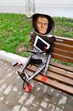 金属化著名艺术家在一个现代样式设计的卡济米尔・谢韦里诺维奇・马列维奇雕塑,位于在当代艺术附近的诺夫哥罗德中心  库存图片