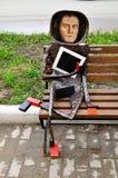 金属化著名艺术家在一个现代样式设计的卡济米尔・谢韦里诺维奇・马列维奇雕塑,位于在当代艺术附近的诺夫哥罗德中心  库存照片