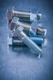 金属化螺栓和坚果在被抓的金属表面建筑 免版税库存照片