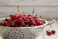 金属化过滤器用成熟莓果和樱桃在木背景 滤锅用在一个土气委员会的樱桃填装了 库存图片
