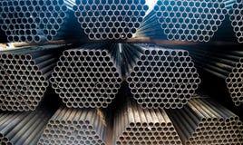 金属化钢和铝管子堆在运输和后勤学的货物仓库里到制造的工厂 图库摄影