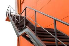 金属化防火梯或紧急出口在Buliding W橙色墙壁上  图库摄影
