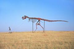 金属化雕塑恐龙路旁吸引力,鸽子叉子, TN 库存照片