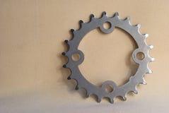 金属化从一辆自行车的齿轮在轻的背景 库存照片